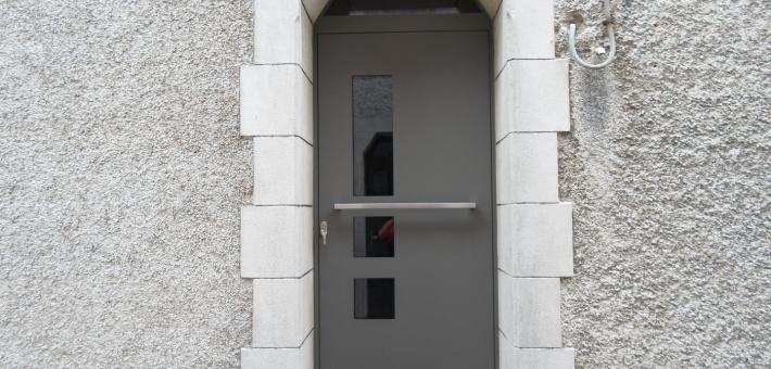 Porte d'entrée en aluminium avec panneau sur cadre